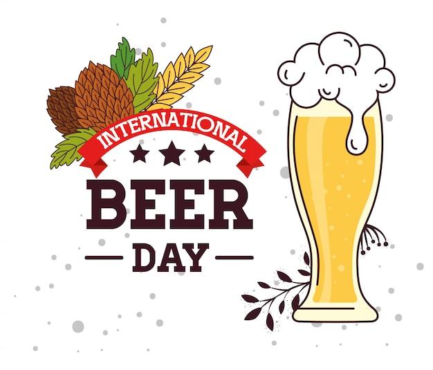 Международный день пива, август, бокал в пиве с семенами хмеля