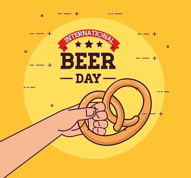 Международный день пива, август, рука аппетитного кренделя