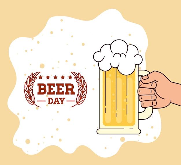 Международный день пива, август, рука с кружкой пива