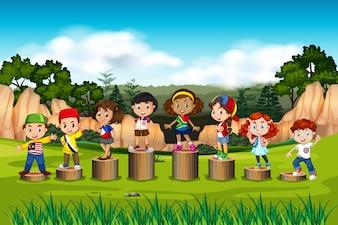 Международные дети на деревянной подставке