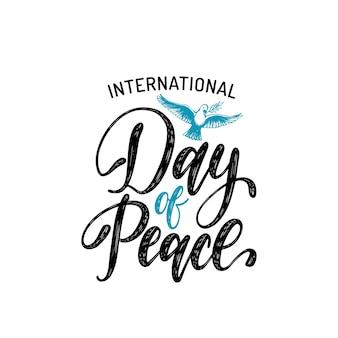 Международный день мира, вектор ручной надписи. рисованная иллюстрация голубя с пальмовой ветвью на белом фоне. праздничная открытка, плакат с каллиграфией.
