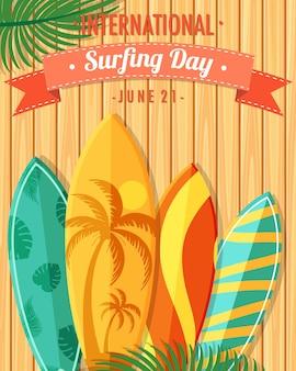 나무 배경에 많은 서핑보드가 있는 국제 서핑의 날 글꼴
