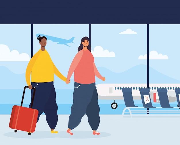 Межрасовая пара путешественников с чемоданами