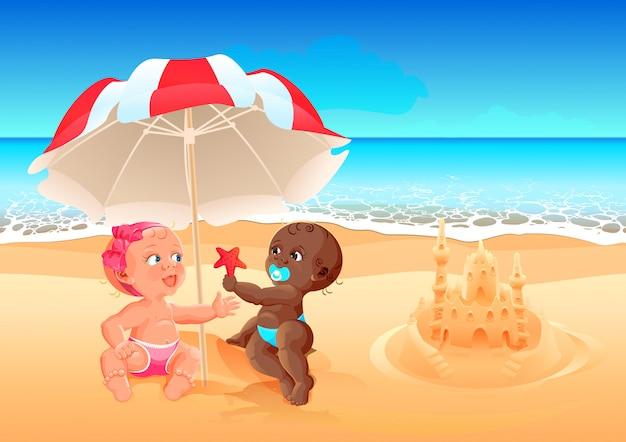 Межрасовые дружба белая девушка и черный мальчик играют вместе на пляже. летний отдых на море с детьми