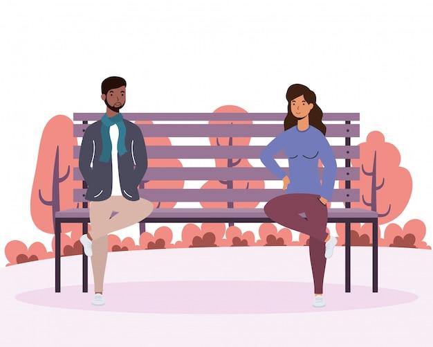 公園の椅子で異人種間の若いカップル愛好家