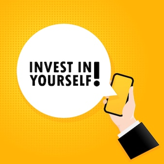 자신에게 투자하세요. 거품 텍스트가 있는 스마트폰. 텍스트가 있는 포스터는 자신에게 투자하십시오. 만화 복고풍 스타일입니다. 전화 앱 연설 거품. 벡터 eps 10입니다. 배경에 고립.