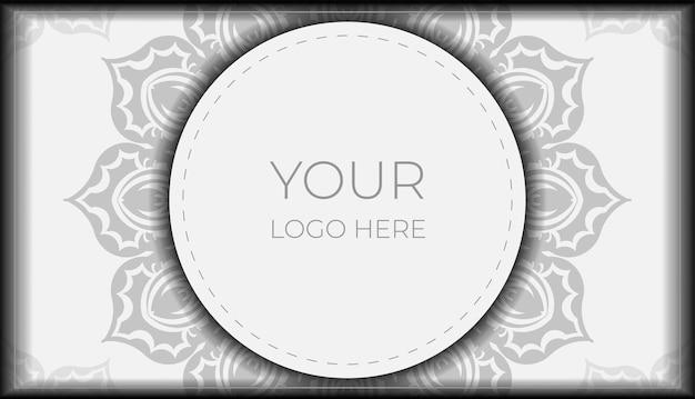 텍스트와 장식품을 위한 공간이 있는 초대 카드 디자인. 검은색 만다라 패턴이 있는 흰색 엽서 디자인.