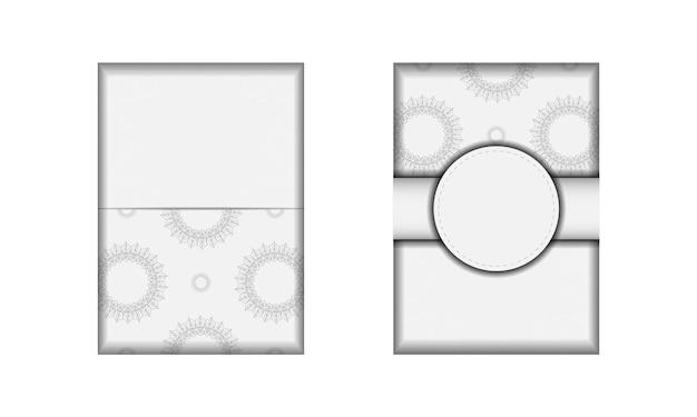 텍스트와 빈티지 장식품을 위한 공간이 있는 초대 카드 디자인. 엽서 디자인 만다라와 흰색 색상입니다.