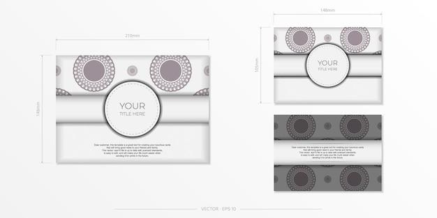 あなたのテキストとヴィンテージの装飾品のための場所と招待状のテンプレート。ダークギリシャのパターンで豪華なすぐに印刷できる白いポストカードのデザイン。
