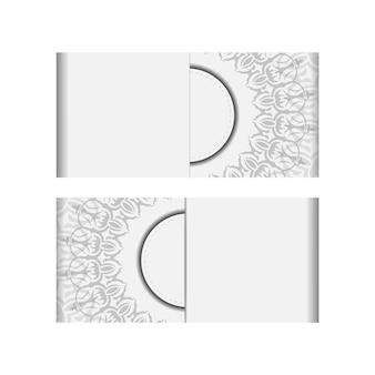 텍스트 및 빈티지 장식품을 위한 장소가 있는 초대 카드 템플릿. 벡터 디자인 엽서 만다라 장식으로 흰색 색상입니다.