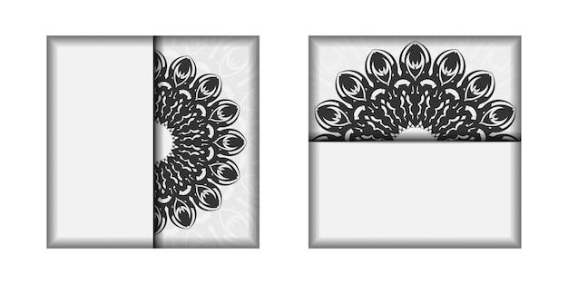 텍스트와 검은색 장식품을 위한 공간이 있는 초대 템플릿입니다. 바로 인쇄할 수 있는 엽서 디자인 만다라가 있는 흰색 색상.