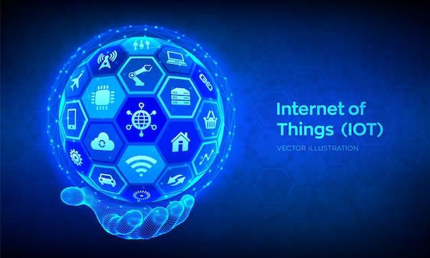 Iot。モノのインターネット 。すべての接続デバイスネットワーク、およびインターネットとのビジネス。ワイヤーフレームの手で六角形の表面を持つ3d球体またはグローブを抽象化します。図