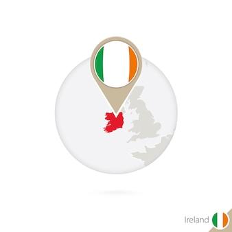 아일랜드 지도 및 원 안에 플래그입니다. 아일랜드의 지도, 아일랜드 플래그 핀입니다. 세계 스타일의 아일랜드 지도입니다. 벡터 일러스트 레이 션.