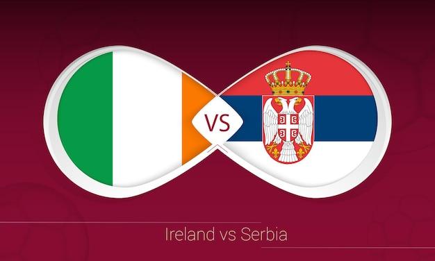 Ирландия против сербии в футбольном соревновании, группа a. против значка на футбольном фоне.
