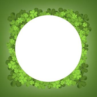 休日のグリーティングカードのデザイン、アイルランドのシンボル幸運、聖パトリックのベクトルの緑の背景に分離されたアイルランドのシャムロック落ち葉