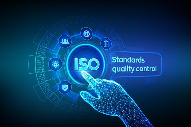 Iso標準の品質管理。デジタルインターフェイスに触れるロボットの手。