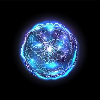 稲妻で作られた孤立したエネルギーボール。輝く現実的な青い円または抽象的なベクトル明るい球、魔法の電気ボルト。