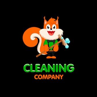 モップのロゴが付いた孤立したオレンジ色のリス。家庭用サービスのアイコン。笑顔の漫画のキャラクターのロゴタイプ。