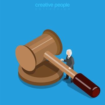 Concetto di affari di giustizia isometrica. micro uomo giudice in parrucca con un enorme martello