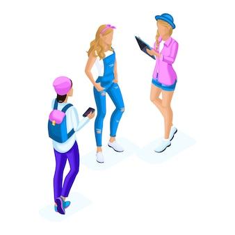 Isometryガールガールフレンド、ティーンエイジャー、ジェネレーションz、ガジェット、スマートフォン、携帯電話、タブレット、ソーシャルネットワークを使用して通信する