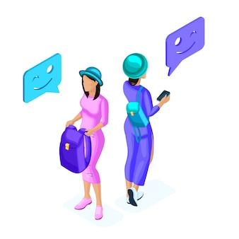 若い女の子の等尺性は、ソーシャルネットワーク、スポーツウェア、ヒップスター、バックパック、アクセサリーで電話を介して通信します。ティーンエイジャーとガジェット Premiumベクター