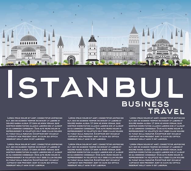 Стамбул skyline с серыми достопримечательностями, голубое небо и копией пространства.