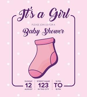 ピンクの背景、カラフルなデザインの上に赤ちゃんの靴下のアイコンを持つその女の子 - ベイビーシャワーの招待状。ベクター