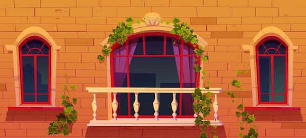 Плющ на старинных виноградных лозах фасада здания с листьями