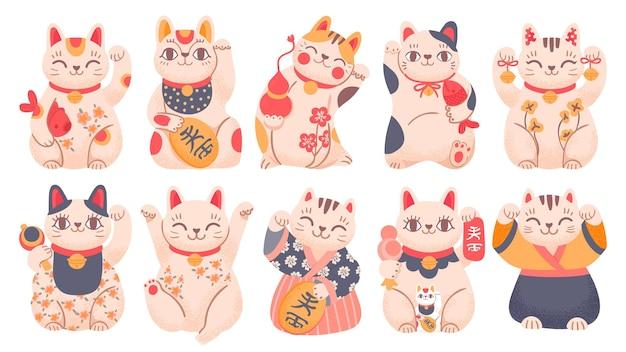 Японские счастливчики. мультяшная игрушка манэки-нэко в традиционной одежде, держащая в руках рыбу, колокольчики и золотую монету. азиатский размахивая набор векторных кошек удачи. иллюстрация японского кота, милый и счастливый талисман