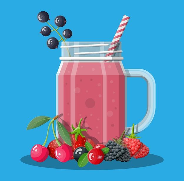 Фляга со смешанными ягодами смузи с полосатой соломкой. пейте коктейль из свежего коктейля с соком