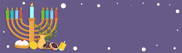 Еврейский праздник ханука с менорой (традиционная канделабра), пончик и деревянный дрейдель (спиннинг). веб-заголовок или знамя.