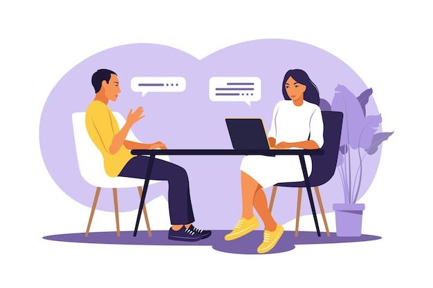 就職の面接の会話。人事マネージャーと面接のための求職者会議。