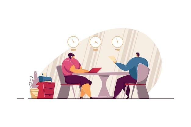 Встреча на собеседовании. кандидат на работу с резюме и менеджер по персоналу разговаривают в офисе