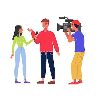 Журналист берет интервью и оператор снимает видео