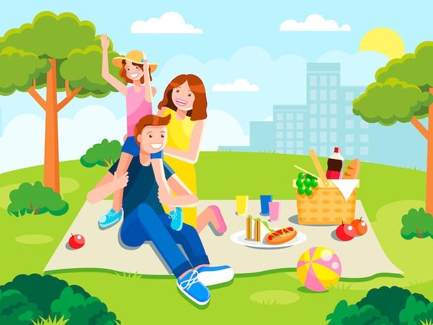 Радостная семья на пикнике. отдых с едой в парке.