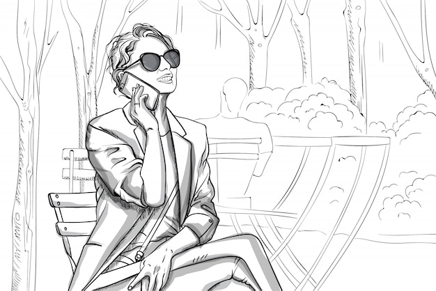 Радостная женщина в солнцезащитных очках и костюме разговаривает по телефону в парке. штриховая графика