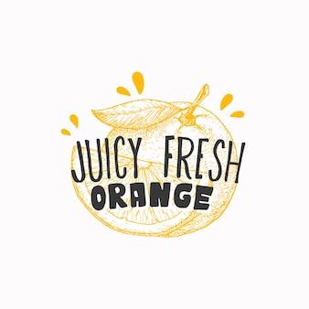 ジューシーなフレッシュオレンジのバッジラベルまたはロゴテンプレート手描きのフルーツスケッチ、遊び心のあるタイポグラフィの前...