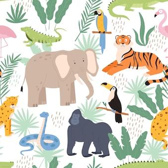 ジャングルの動物と熱帯のヤシの葉は装飾的なシームレスなパターンを残します。虎、オウム、ヒョウのベクトルテクスチャでエキゾチックな熱帯雨林のプリント。ジャングルの動物のパターンのイラスト