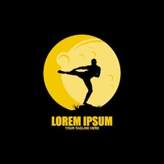 Надпись каратэ и силуэты двух спортсменов, наносящих высокий удар ногой