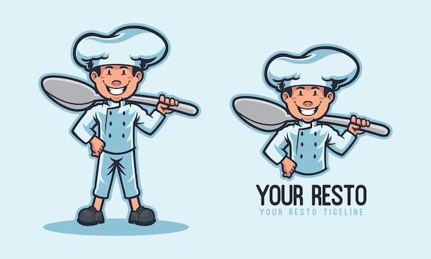 Детский повар держит большую ложку с логотипом талисмана