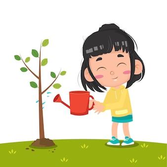 木に水をまく子供