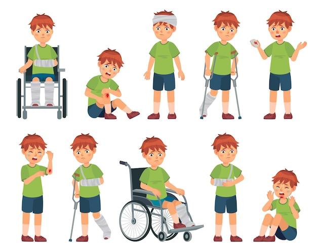 부상당한 아이. 소년은 손에 상처를 입었고 다리와 팔이 부러졌습니다. 부상 머리, 스포츠 부상 및 휠체어 벡터 만화 일러스트 레이 션 세트. 상처 나 외상, 장애 또는 장애가있는 슬픈 우는 아이.