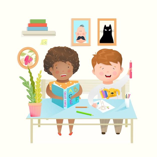 学校や幼稚園の机にいる子供たちは、勉強し、学び、描きます。学校の幸せな教育で幸せな笑いの友達の男の子と女の子。水彩風の漫画。