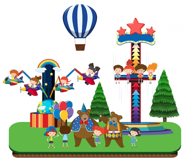 Дети в тематическом парке и веселые прогулки