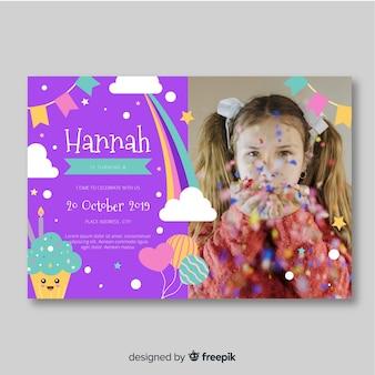 写真の子供の誕生日の招待状のテンプレート