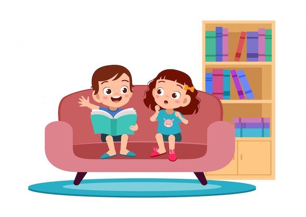 子供男の子と女の子がソファで読書