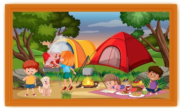 프레임에 아이 캠핑 야외 장면 사진