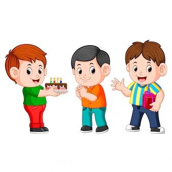 誕生日パーティーを祝う子供たち