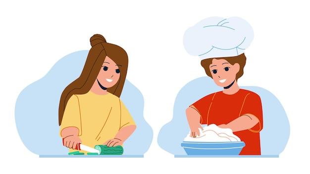 샐러드와 디저트를 함께 요리하는 아이 벡터. 소년은 파이를 굽기 위해 반죽을 준비하고 소녀는 비타민 요리를 위해 오이를 잘라 부엌에서 요리하는 아이들. 음식을 준비하는 캐릭터 플랫 만화 일러스트 레이션