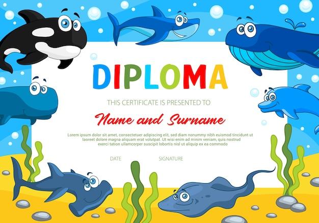 海の動物、学校教育または幼稚園の証明書テンプレートと子供の卒業証書。シャチ、サメ、シュモクザメ、斜面、イルカとの境界線を授与します。教育卒業証書